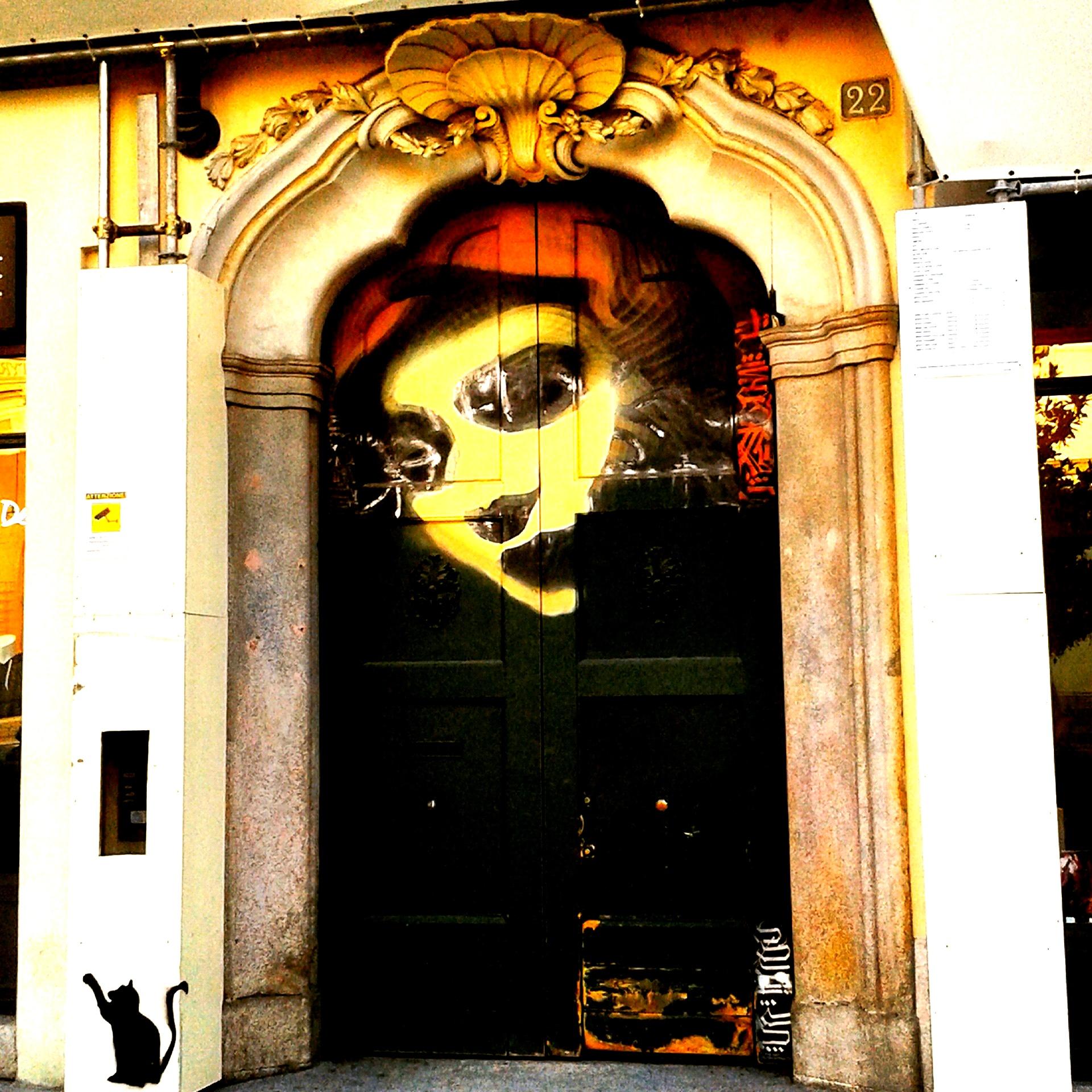 Murale sulla porta di ingresso di un edificio - Colonne di San Lorenzo