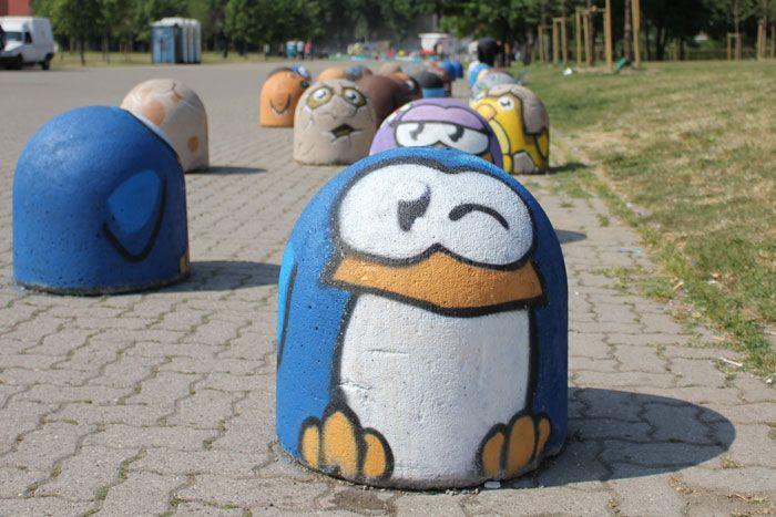 I pinguini di Pao sui paracarri stradali nell'anfiteatro del Parco della Martesana.