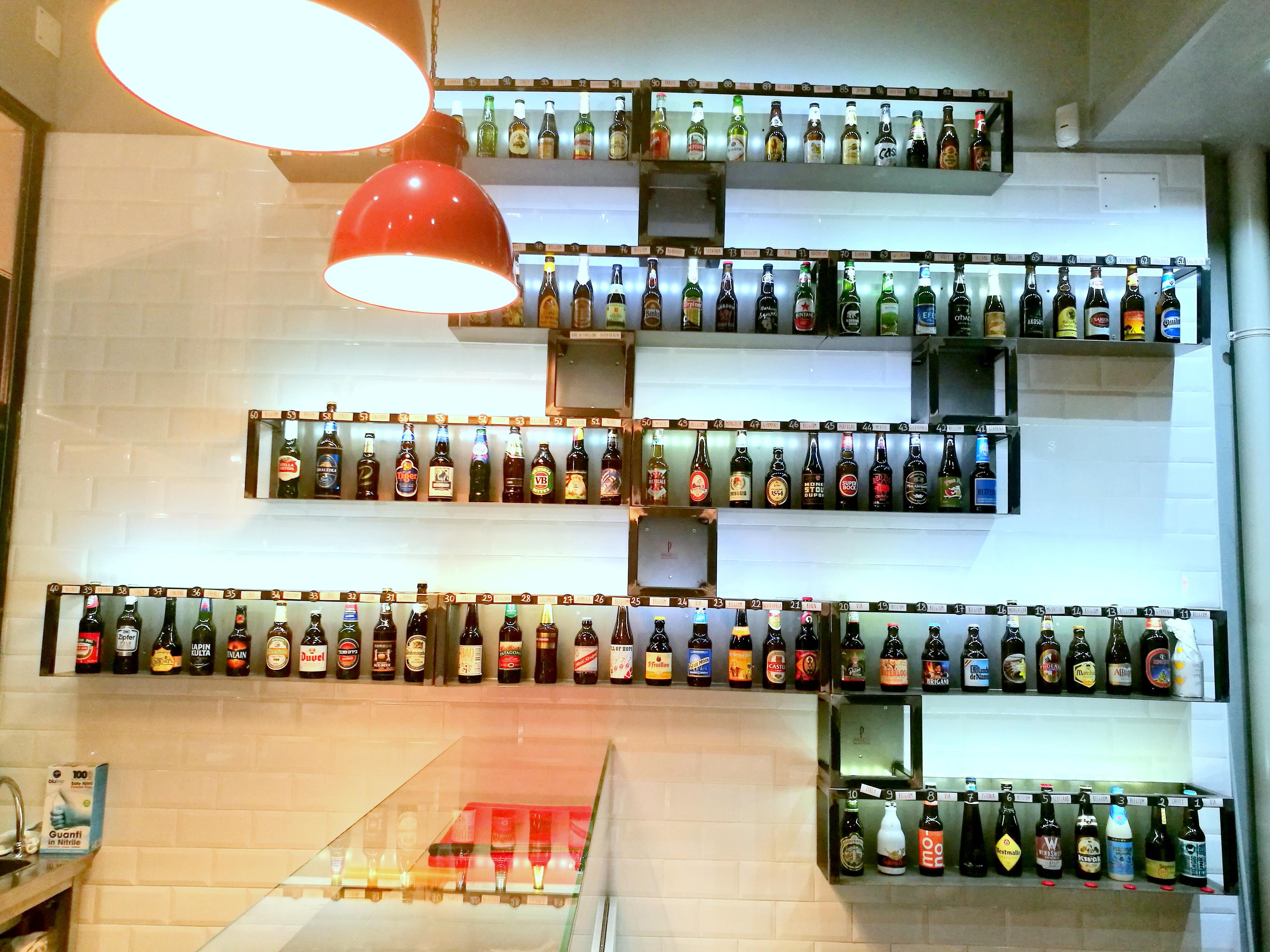 Proposta di oltre 100 birre internazionali