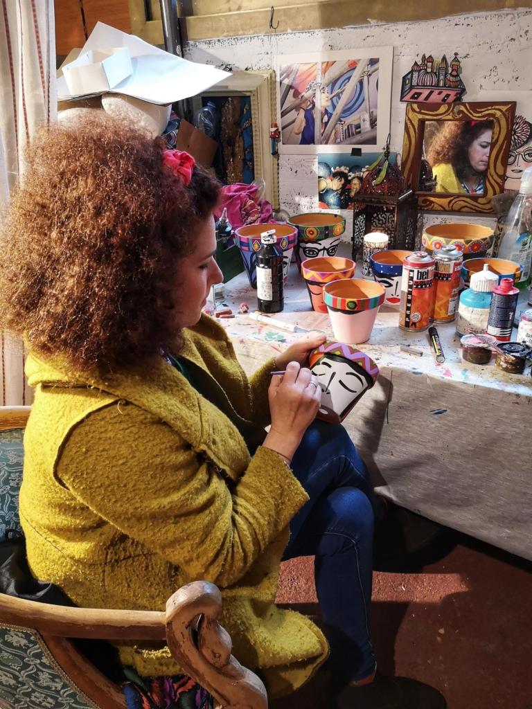 L'artista Nais al lavoro